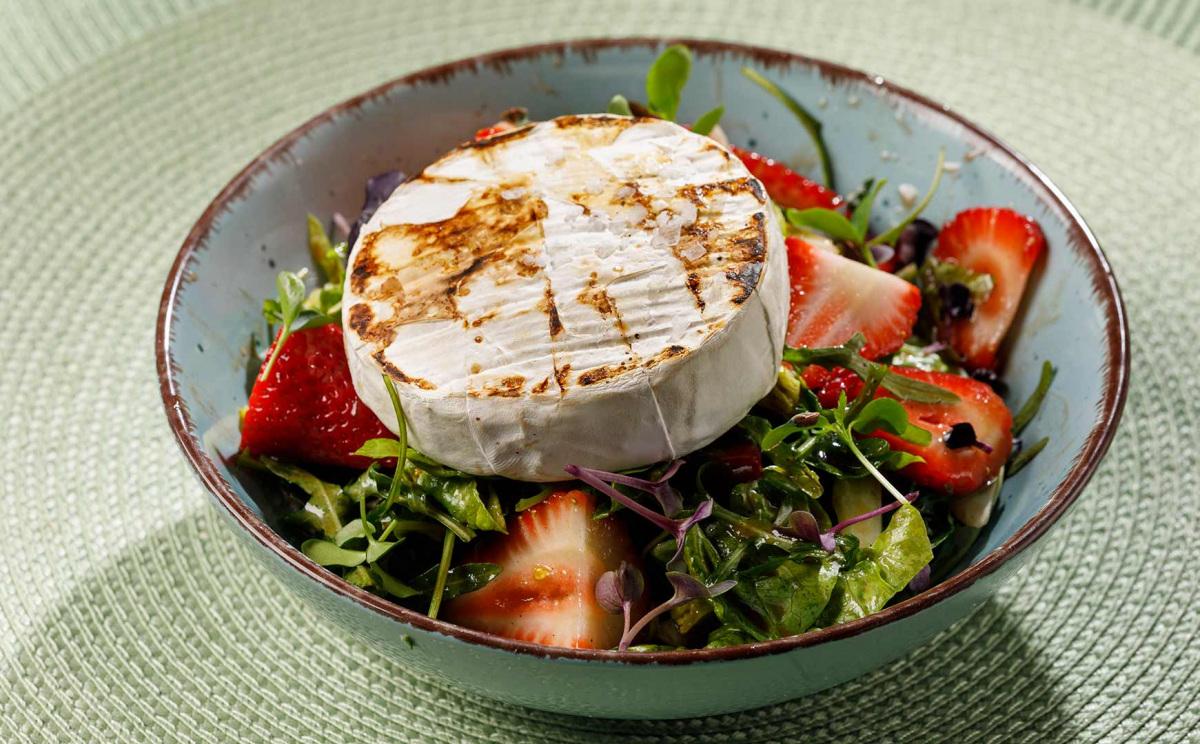 grillezett-camembert-felsoszelibol-salataagyon-edes-savanyu-ontettel-es-savanyitott-eperrel.jpg