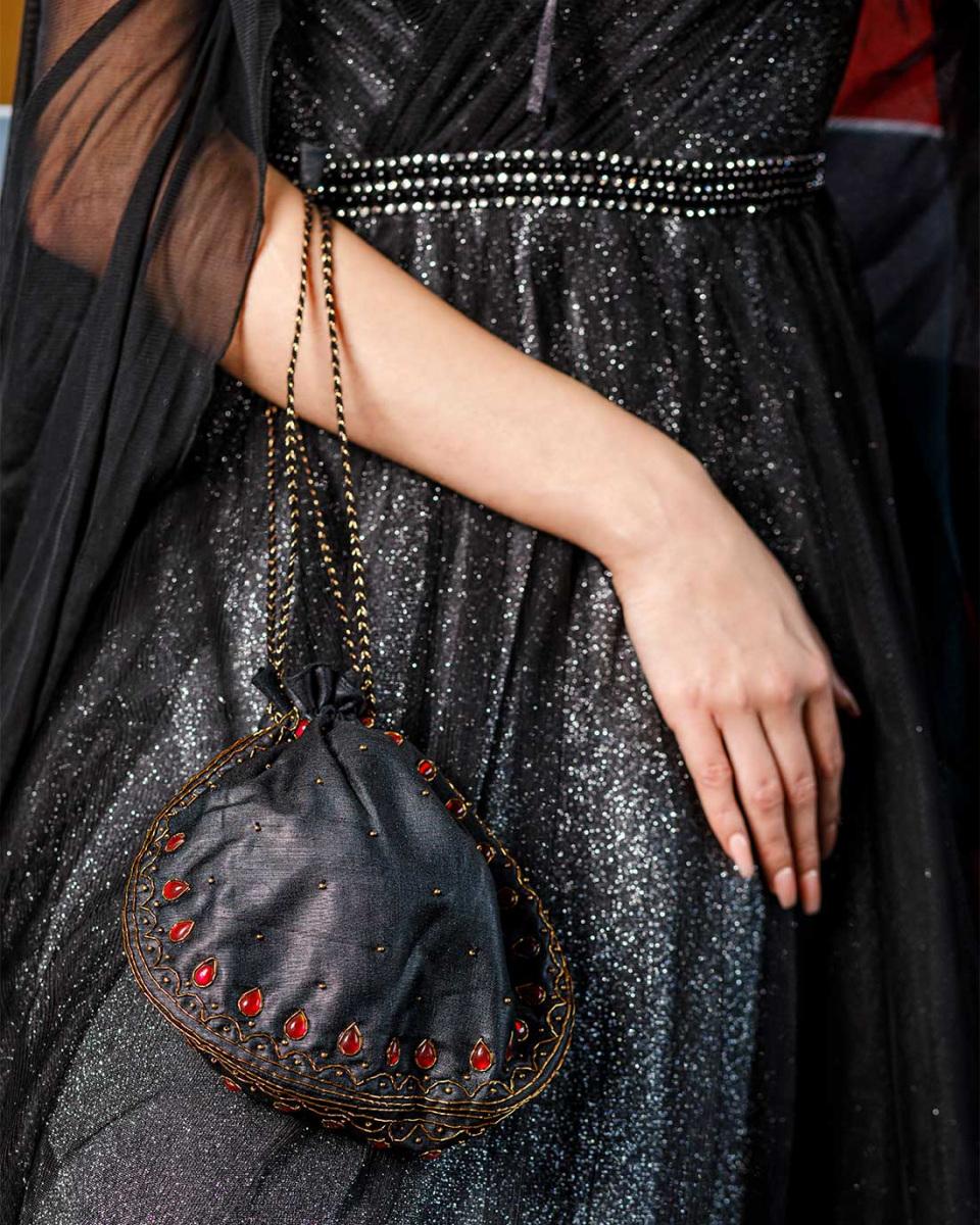 pesti-divat-fekete-ruha-allo.jpg