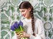 Virágok közt hajsisakban