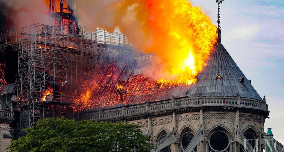 Lángolt a Notre-Dame!