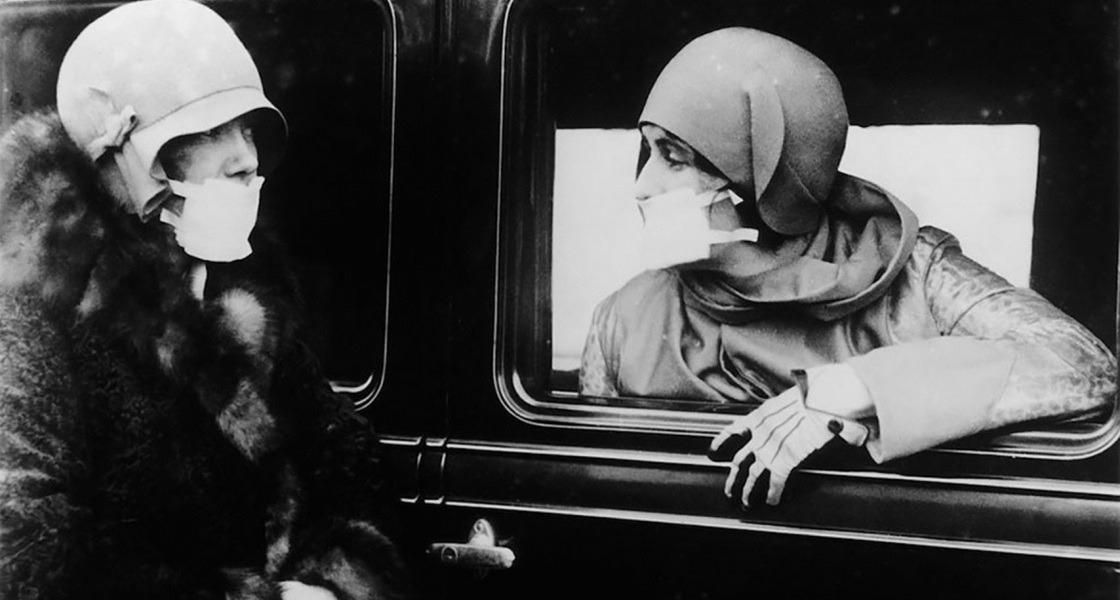 Maszkot viselő emberek az 1918-as spanyolnátha idején